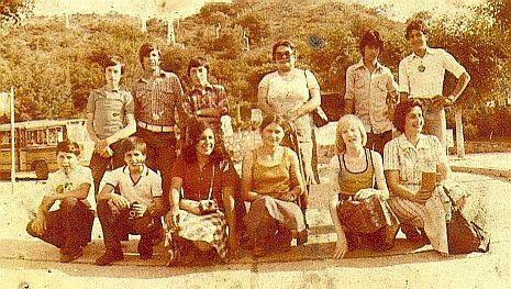 Fotografía del viaje de egresados de la escuela primaria. El más alto, a la derecha es Luis.