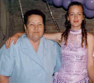 Juan Doña Elena y su nieta, Carolina (2000)